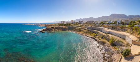 Panorama do porto de Kyrenia (Girne) no norte de Chipre num lindo dia de ver