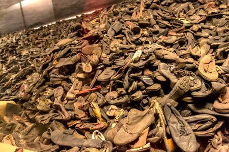 오스 위 밈, 폴란드 -2010 년 7 월 22 일 : 아우 슈 비 츠에서 희생자들의 부츠. 2014 년 7 월 22 일 폴란드, 오우 스 비치에서 가장 큰 나치 수용소 에디토리얼