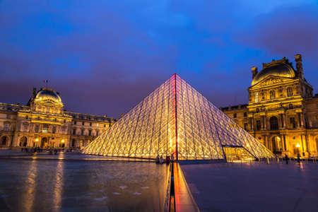 PARIGI, FRANCIA - 14 LUGLIO 2017: Il Louvre alla notte è uno di più grandi musei del mondo a Parigi in una notte di estate Editoriali
