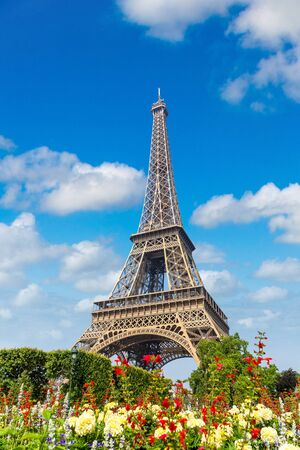 The Eiffel Tower in Paris, France in a beautiful summer day Zdjęcie Seryjne
