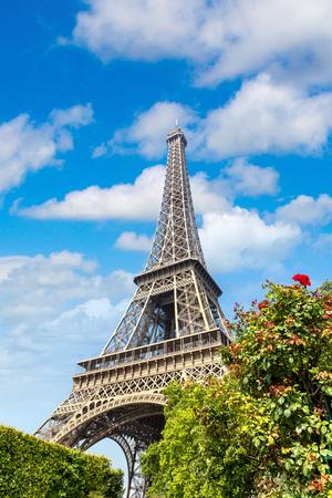 La Torre Eiffel a Parigi, in Francia in una bella giornata estiva Editoriali
