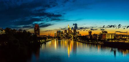 Veduta di Francoforte sul Meno orizzonte al tramonto in Germania
