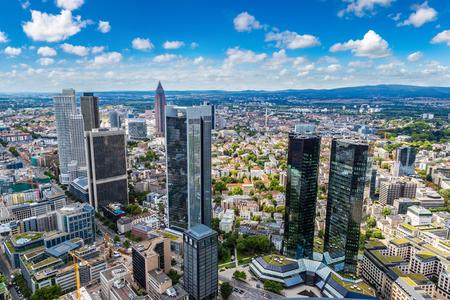 De zomerpanorama van het financiële district in Frankfurt, Duitsland in een de zomerdag