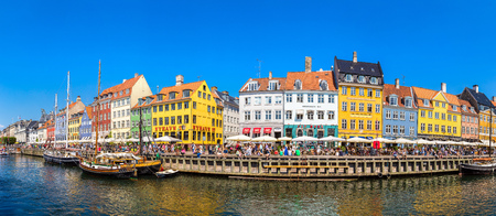 COPENHAGEN, DANIMARCA - 25 LUGLIO 2017: Distretto di Nyhavn a Copenhaghen in un giorno di estate, Danimarca il 25 luglio 2017