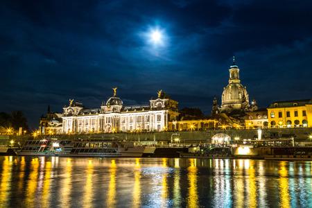 Vista panoramica di Dresda nella notte e il fiume Elba. Editoriali