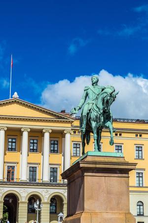 夏の日、ノルウェーのオスロのノルウェー王カール Johan XIV の像