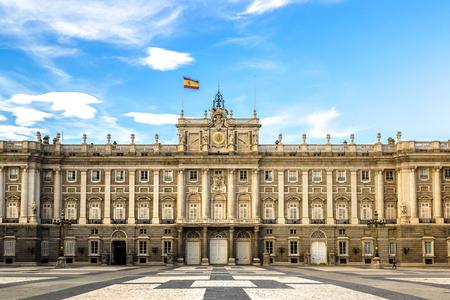 Palacio Real en Madrid en un hermoso día de verano, España Foto de archivo