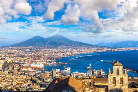 Neapol (Neapol) i Wezuwiusz w tle o zachodzie słońca w letni dzień, Włochy, Kampania