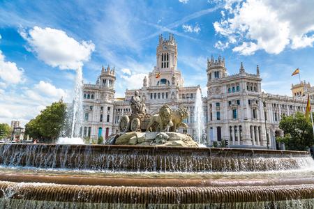Fontaine Cibeles à la Plaza de Cibeles à Madrid dans une belle journée d'été, Espagne Banque d'images - 89987201