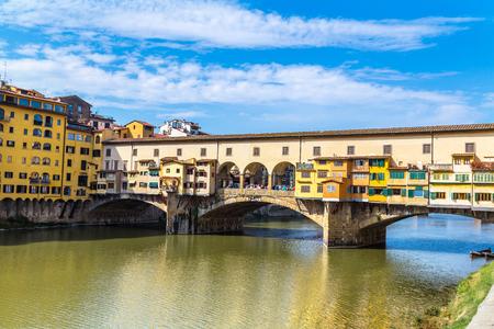 Il Ponte Vecchio a Firenze in un giorno d'estate in Italia