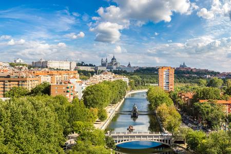 Vue sur la ville de la cathédrale Almudena et le Palais Royal à Madrid, Espagne Banque d'images - 89987357