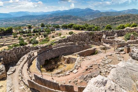무덤의 왕과 고대 도시의 폐허 Mycenae, 그리스 여름 날