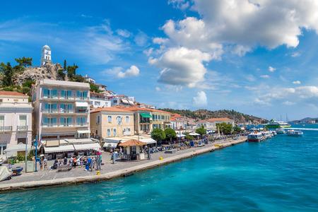 Остров Порос в летний день в Греции Редакционное