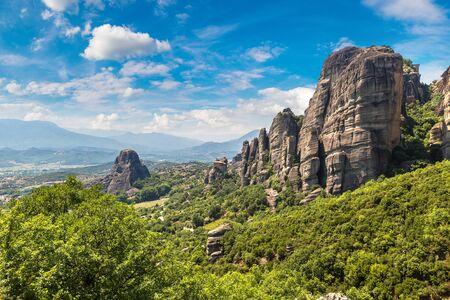 Monasteri sulla cima di roccia in una bella giornata estiva a Meteora, in Grecia