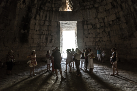 MYCENAE, GREEECE - JUNE 11, 2015: Treasury of Atreus in a summer day in Mycenae, Greece on June 11, 2015 Imagens - 89961873