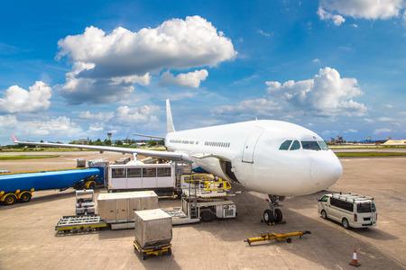 Flugzeug bereit zum Start am internationalen Flughafen Velana in Male, Malediven an einem Sommertag Standard-Bild - 108051603