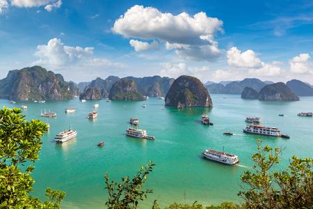 Panoramiczny widok z lotu ptaka na zatokę Halong, Wietnam w letni dzień