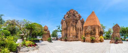Panorama von Ponagar (Thap Ba Po Nagar) - Cham Tempel in Nha Trang, Vietnam an einem Sommertag