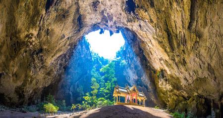 Panorama del pabellón real en la cueva Phraya Nakorn, Parque Nacional Khao Sam Roi Yot, Tailandia en un día de verano