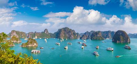 Panorama de la baie de Halon, Vietnam en une journée d'été