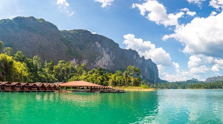 Panorama of Traditional Thai bungalows at Cheow Lan lake, Ratchaprapha Dam, Khao Sok National Park in Thailand in a summer day Stockfoto - 109509958