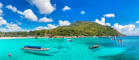 Panorama der Ferieninsel Racha (Raya) nahe der Insel Phuket, Thailand an einem Sommertag