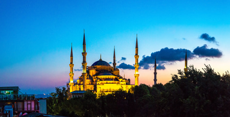 Panorama of Blue mosque (Sultan Ahmet mosque) in Istanbul, Turkey in a beautiful summer night Standard-Bild
