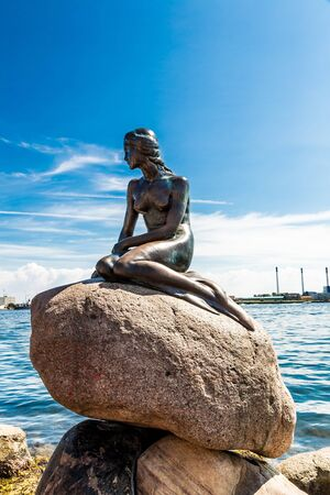 COPENHAGEN, DENMARK - JULY 25, 2014: Monument of the Little Mermaid in Copenhagen, Denmark Publikacyjne