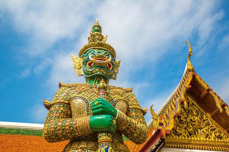 Demon Guardian in Wat Phra Kaew (Tempel van de Smaragdgroene Boeddha), in Bangkok op een zomerse dag