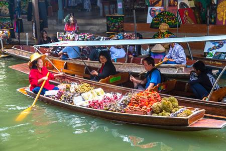 Bangkok, Tailandia - 22 de marzo de 2018: mercado flotante en Tailandia en un día de verano Editorial