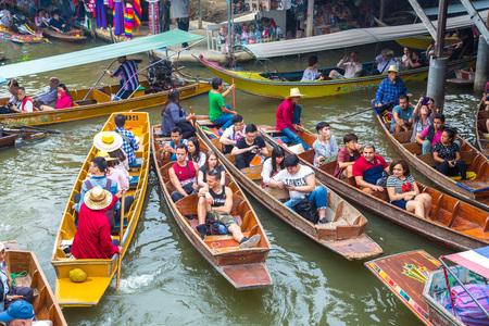 Bangkok, Tailandia - 22 de marzo de 2018: mercado flotante en Tailandia en un día de verano