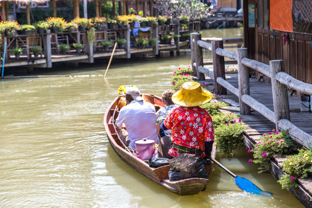 Floating Market in Pattaya, Thailand in a summer day Imagens