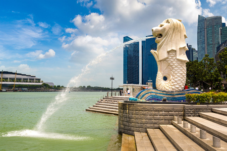 SINGAPORE - JUNE 23, 2018: The Merlion fountain statue - symbol of Singapore at summer day 新聞圖片