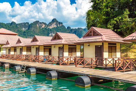 Traditional Thai bungalows at Cheow Lan lake, Ratchaprapha Dam, Khao Sok National Park in Thailand in a summer day Stockfoto - 114034696