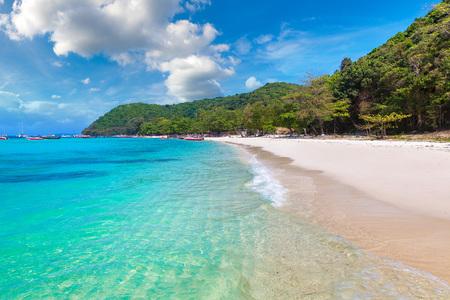 L'île de corail (Ko He) près de l'île de Phuket, Thaïlande en une journée d'été Banque d'images