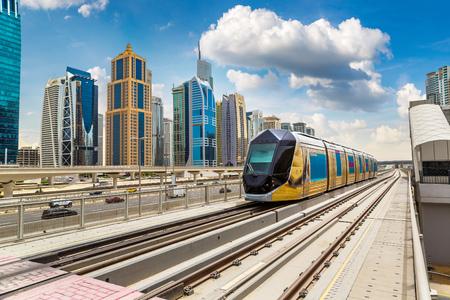 Nouveau tramway moderne à Dubaï, Émirats Arabes Unis