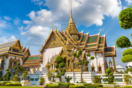 Grand Palace and Wat Phra Kaew (Temple of the Emerald Buddha) in Bangkok in a summer day 免版税图像