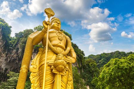 Posąg hinduskiego boga Murugana w jaskini Batu w Kuala Lumpur, Malezja w letni dzień