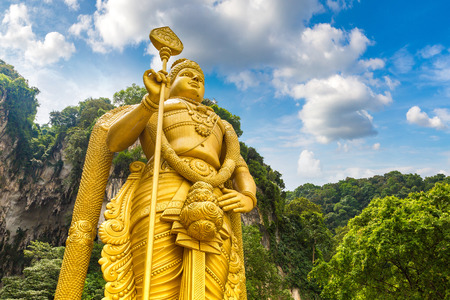 Statua del dio indù Murugan alla grotta di Batu a Kuala Lumpur, Malesia al giorno d'estate