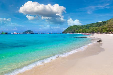 L'île de corail (Ko He) près de l'île de Phuket, Thaïlande en une journée d'été