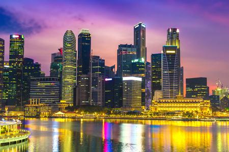 Horizon de ville de Singapour à la belle nuit d'été