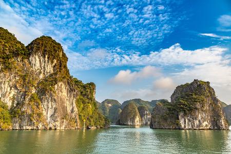 Patrimonio natural mundial de la bahía de Halong, Vietnam en un día de verano
