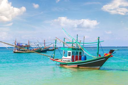 Barca di pescatori in legno tradizionale sull'isola di Koh Phangan, Thailandia in un giorno d'estate