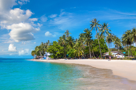 Tropical beach with palm trees on Koh Samui island, Thailand in a summer day Редакционное
