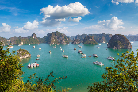 Panoramic aerial view of Halong bay, Vietnam in a summer day Stockfoto