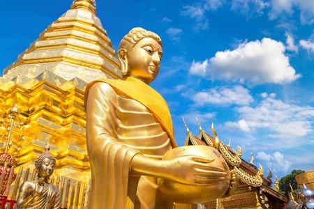 Pagoda dorata Wat Phra That Doi Suthep a Chiang Mai, Thailandia in un giorno d'estate Archivio Fotografico