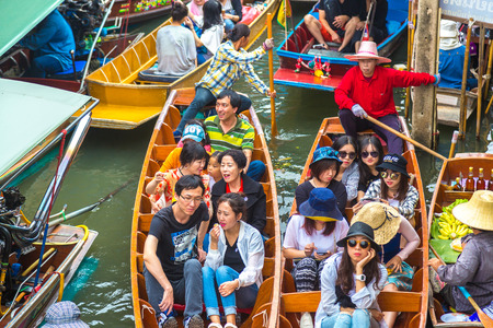 BANGKOK, THAILAND - MARCH 22, 2018: Floating market in Thailand in a summer day Publikacyjne