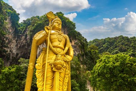 Standbeeld van hindoe-god Murugan in Batu-grot in Kuala Lumpur, Maleisië op zomerdag
