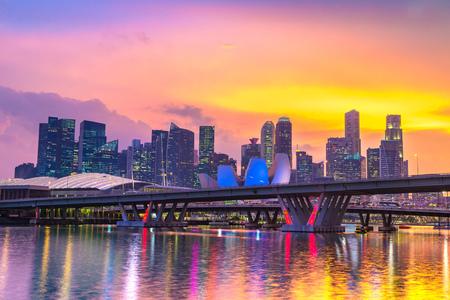 Skyline der Stadt Singapur in der schönen Sommernacht Standard-Bild
