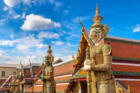 Guardiano del demone in Wat Phra Kaew (Tempio del Buddha di smeraldo), Grand Palace a Bangkok in un giorno d'estate